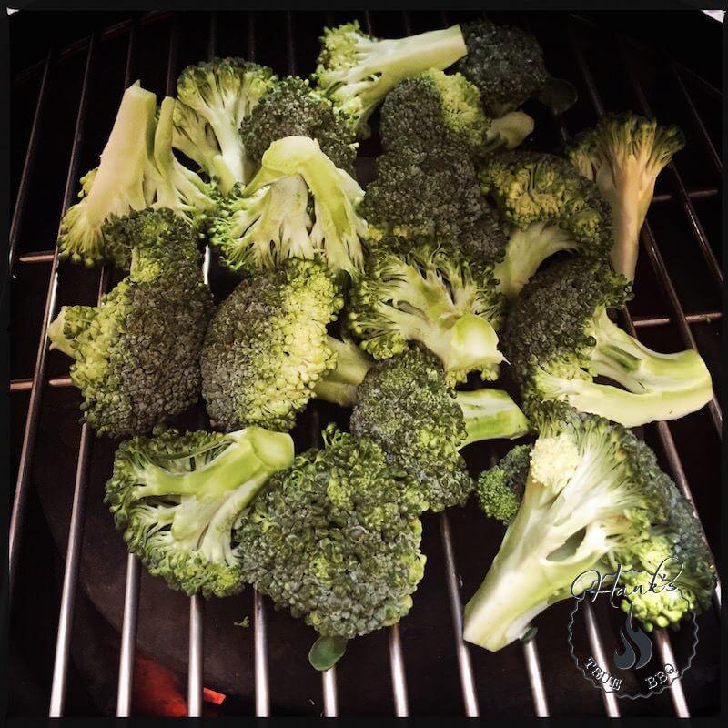 Rå broccoli på gallret