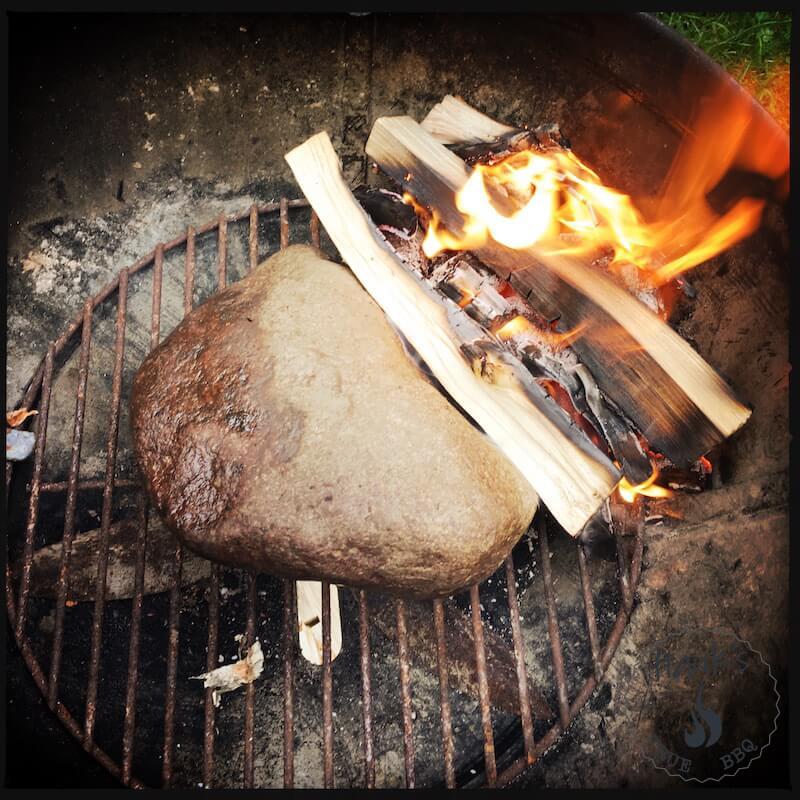 Grilla bogbladsstek med björkved. Den stora stenen är för att skapa två värmezoner.