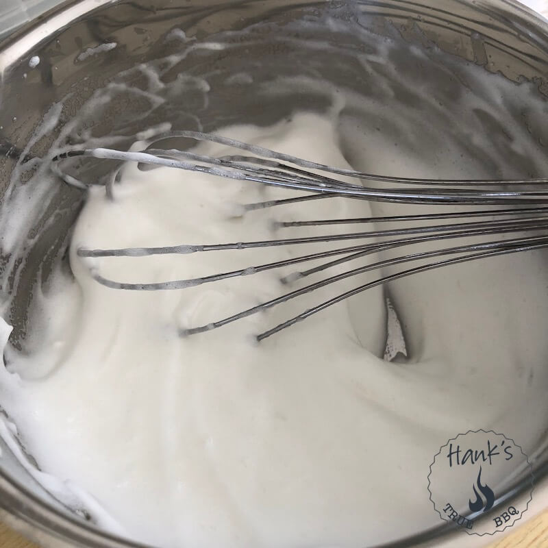 Äggvitor vispas till Creme Toum