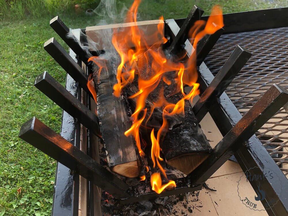 Brinnande ved i en Parrilla