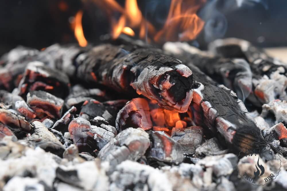 Glödande kol i en parrilla