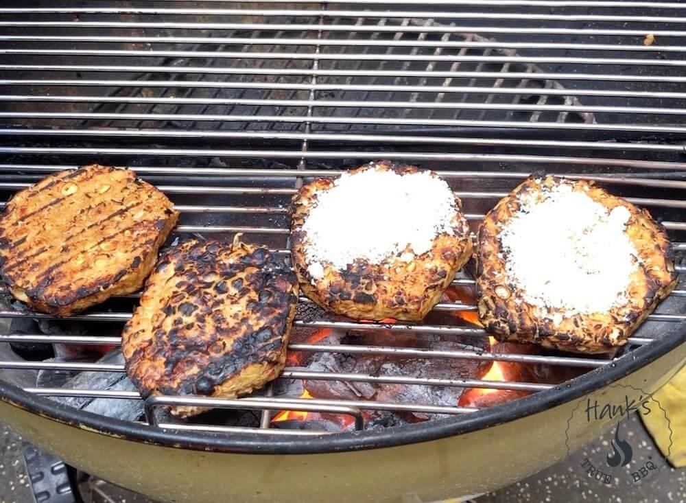 Tempeh-burgare med riven pecorino-ost