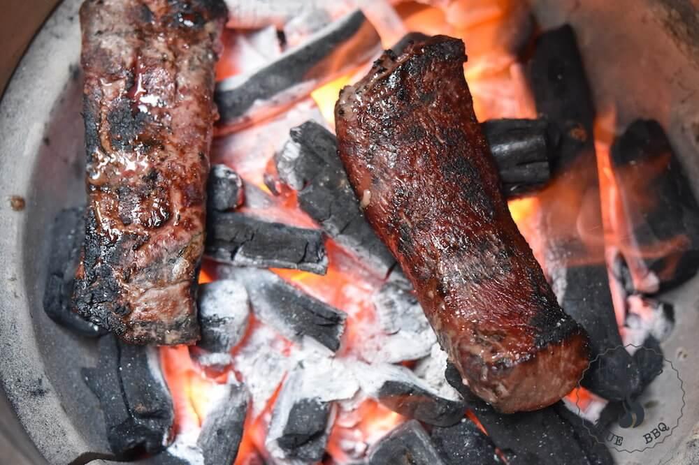 Caveman grilling - kött på kolbädden